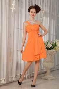 Knee-length Orange Chiffon Ruched Dama Dress with One Shoulder